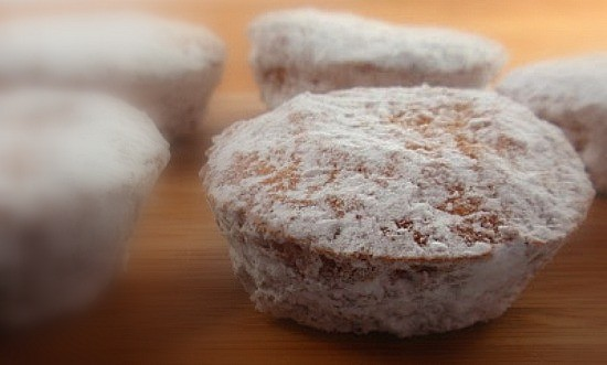 Remember how you loved those little powdered sugar donuts back in the day? Recapture the love with Gluten-Free Powdered Sugar Donut Muffins. [featured on GlutenFreeEasily.com] (photo)
